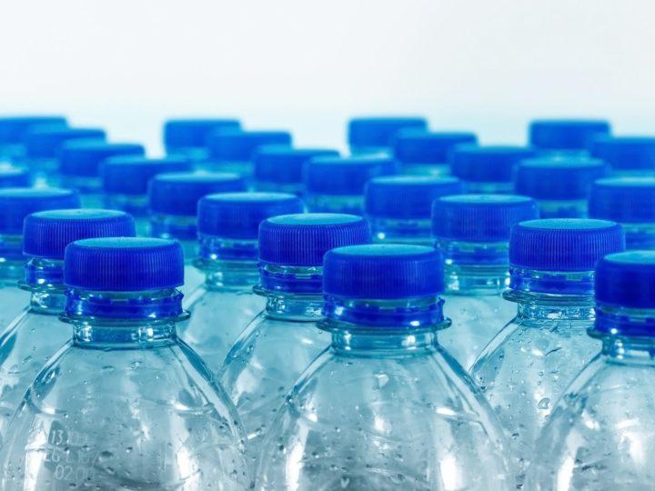 Dai tappi delle bottiglie migliaia di microplastiche: la scoperta dei ricercatori dell'Università di Milano